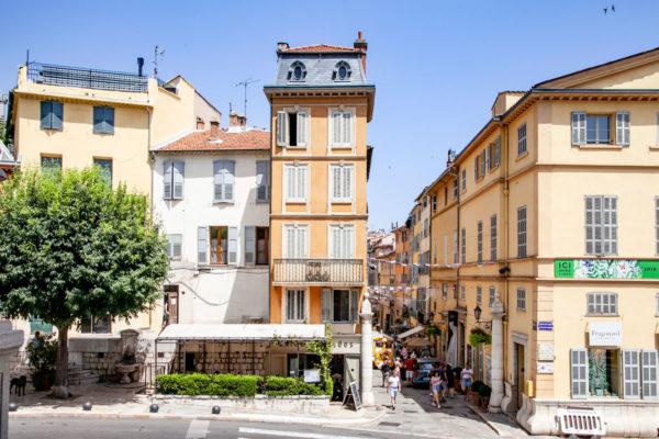 Verso il centro storico medievale della città del Profumo francese - Grasse