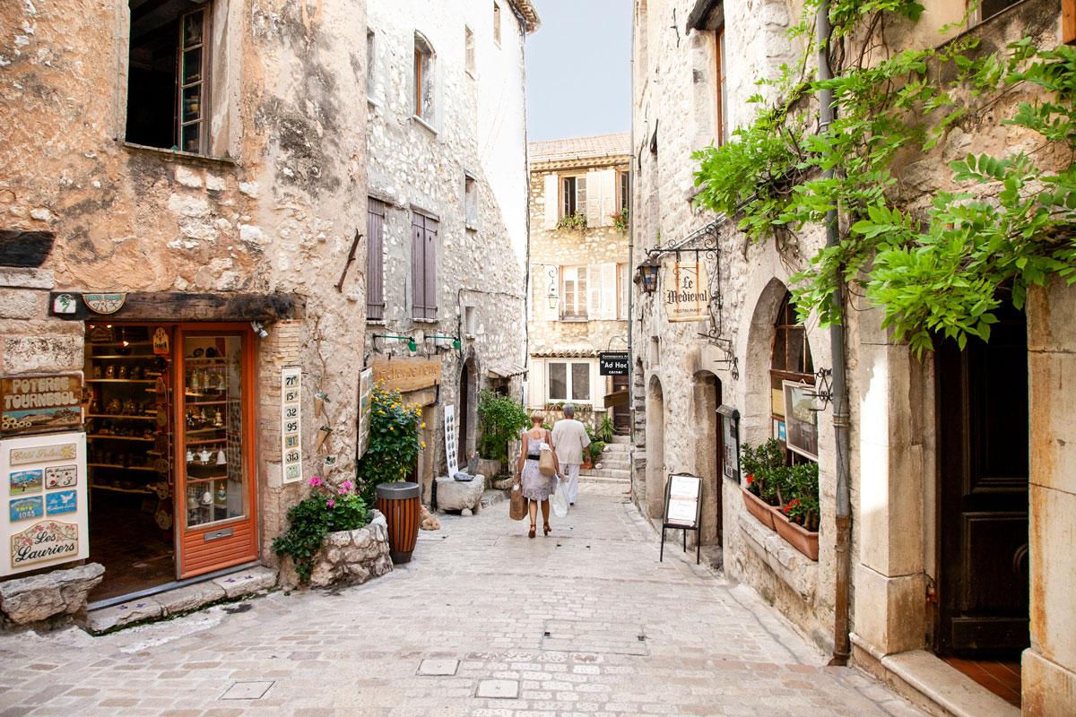 Vicoli del borgo provenzale con case in pietra