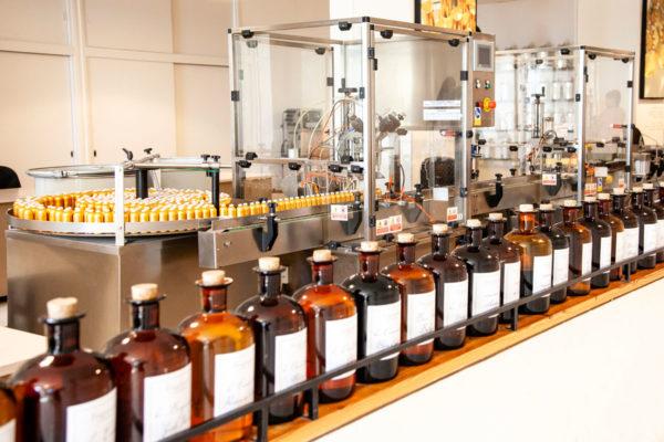 Visita alla fabbrica del profumo - Boccioni con essenze e confezionamento profumi