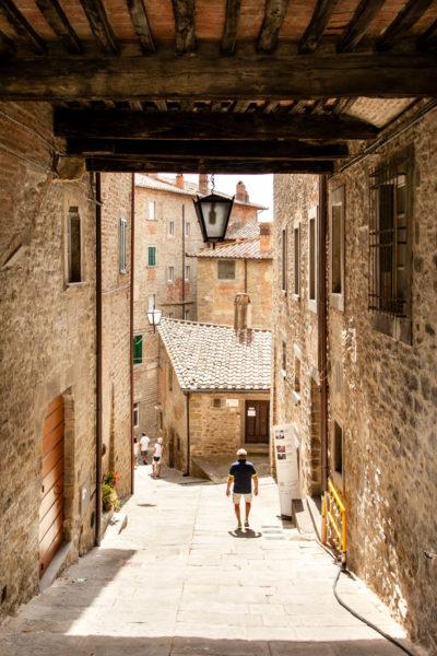 Archi e passaggi in discesa del borgo toscano di Cortona