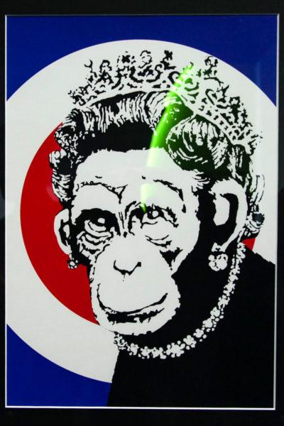Banksy contro la corona inglese - Ritratto di Elisabetta II come scimmia