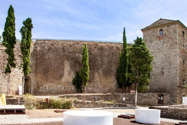 Cortile e Torri della fortezza del Girifalco - Chiuso dalle mura cittadine