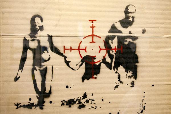 Family Target - Bomboletta su Cartone - Banksy contro la guerra