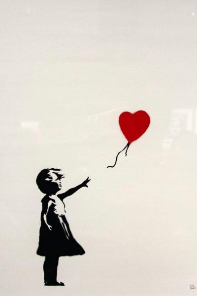 Girl with red baloon - opera piu famosa di Banksy - Ragazza con palloncino a forma di cuore rosso