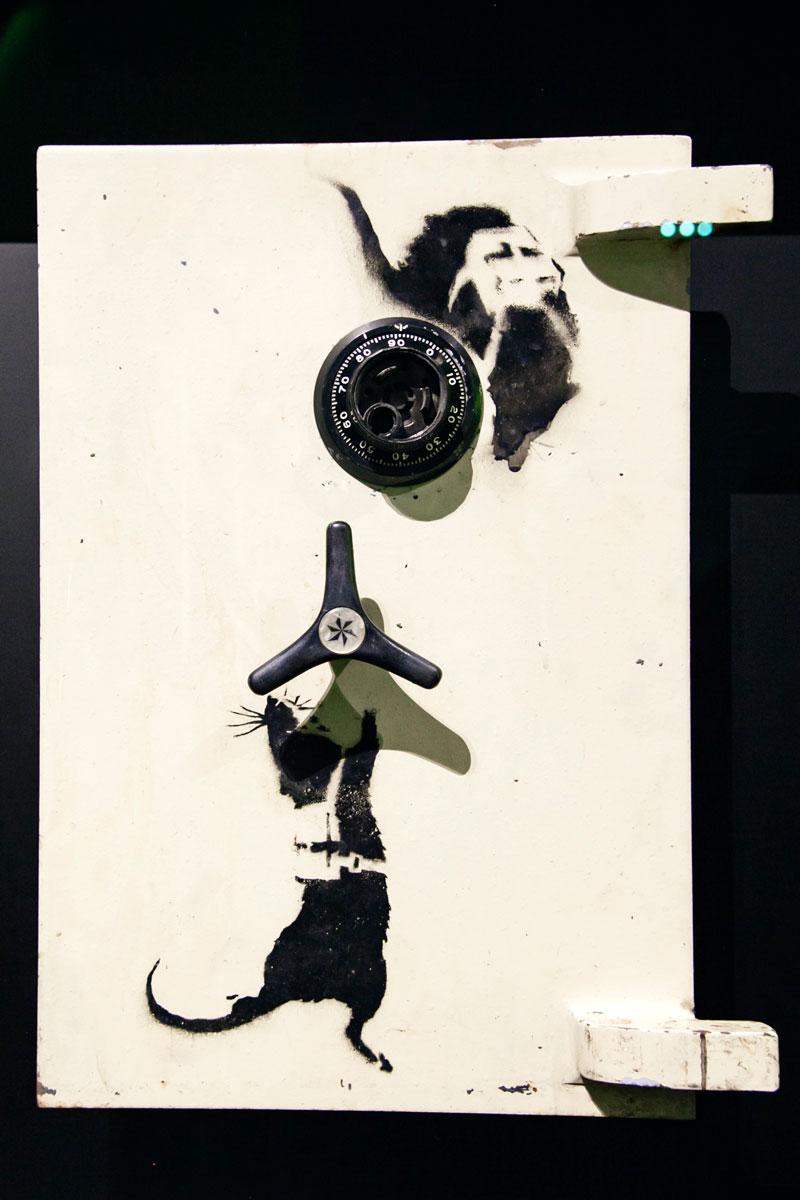 I topi in A Visual Protest sullo sportello di una cassaforte