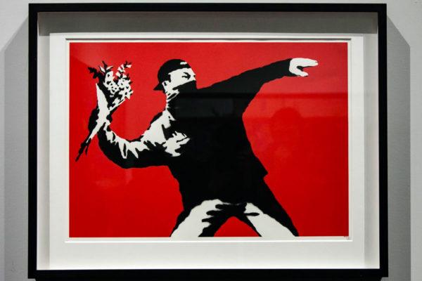 Love is in the air - Flower Thrower - Opera famosa di Banksy ragazzo che lancia fiori