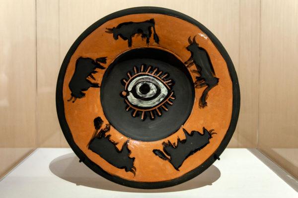 Piatto in ceramica con occhio e tori - Picasso Metamorfosi a Milano