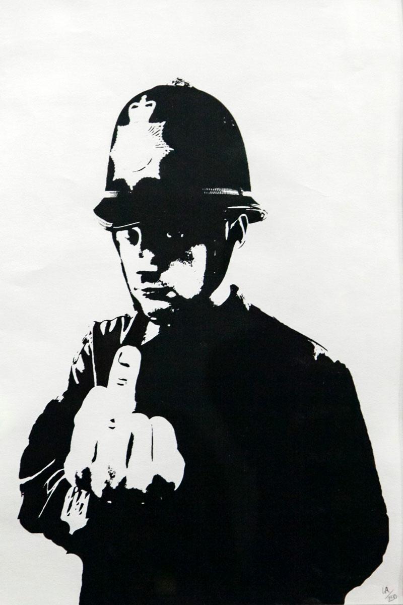 Rude Copper - Poliziotto con dito medio Banksy