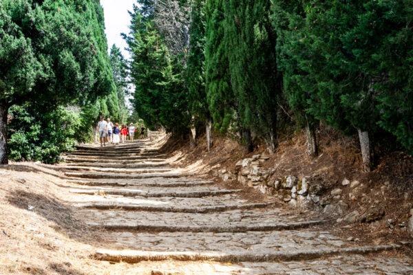 Salita con scalinata verso il Santuario di Santa Margherita