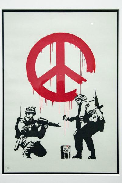 Soldati dipingono simbolo della pace - street art