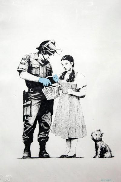 Stop and Search - Dorothy del mago di Oz nelle opere di Banksy