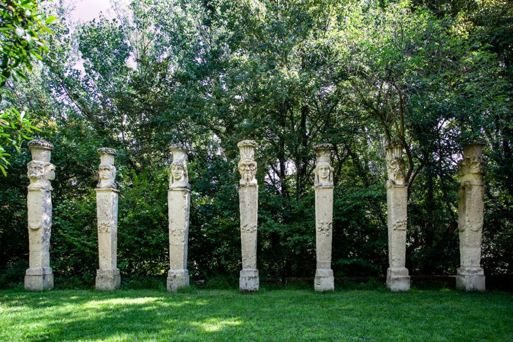 Colonnato di Obelischi davanti al Teatro