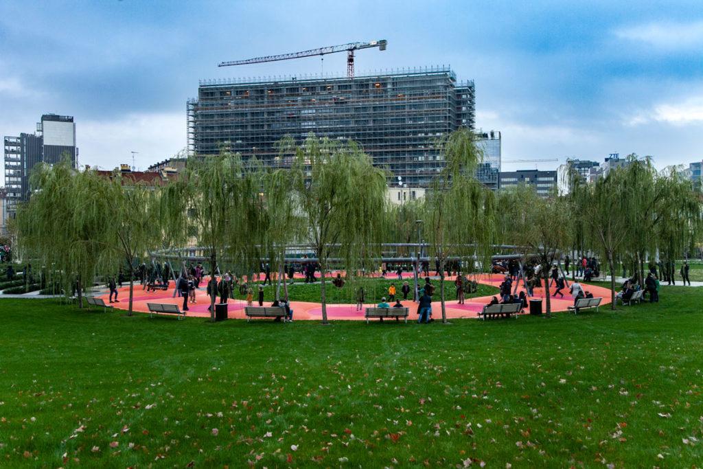 Foresta Circolare giochi per bambini e panchine per riposare al Parco della Biblioteca degli Alberi di Milano