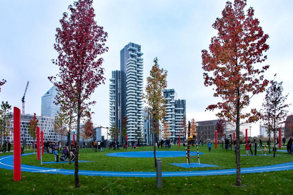 Foreste Circolari che circondano i giochi per bmbini - Biblioteca degli alberi di Milano - Parco in Porta Garibaldi
