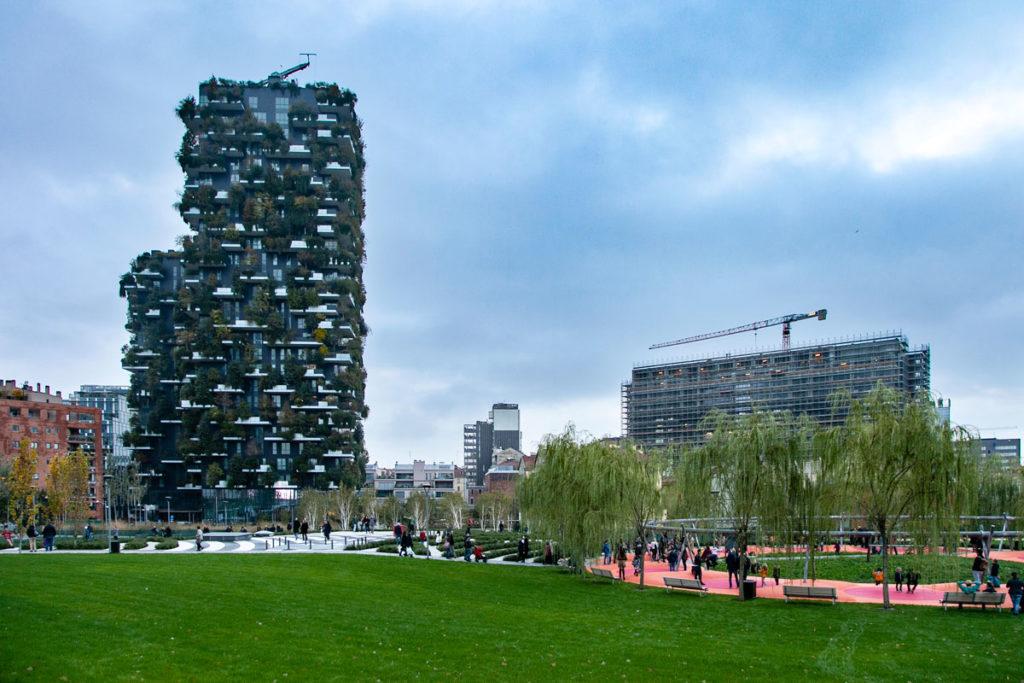 Grattacieli del Bosco Verticale e verde pubblico alla Biblioteca degli Alberi di Milano