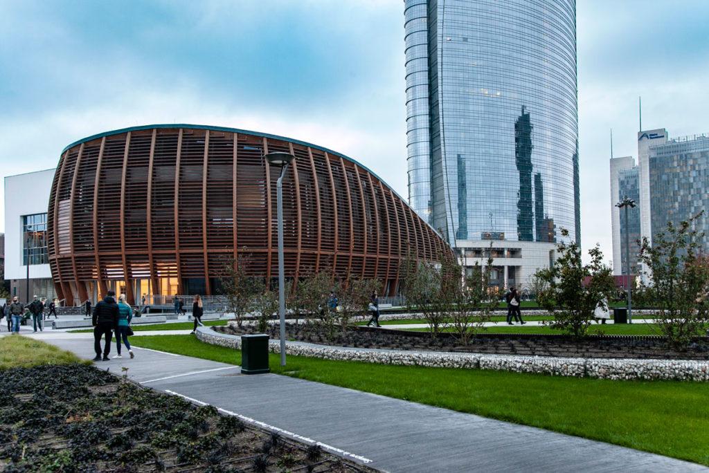 Ingresso alla nuova area verde di Milano in Piazza Gae Aulenti - Unicredit Pavillion e Unicredit Tower