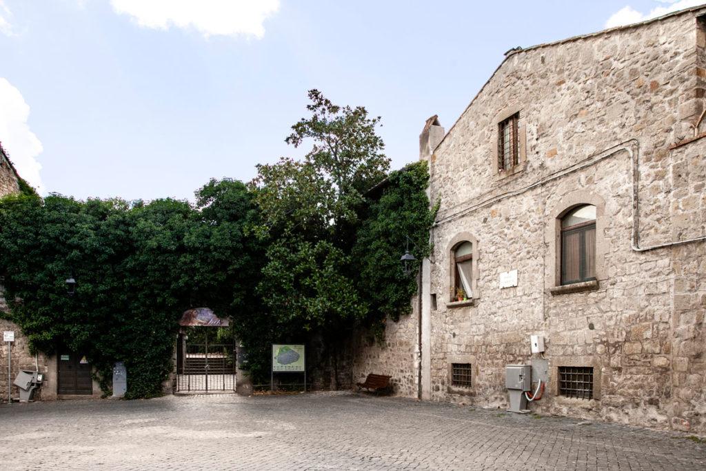 Palazzi in pietra antichi e verde nel cuore medievale di Viterbo