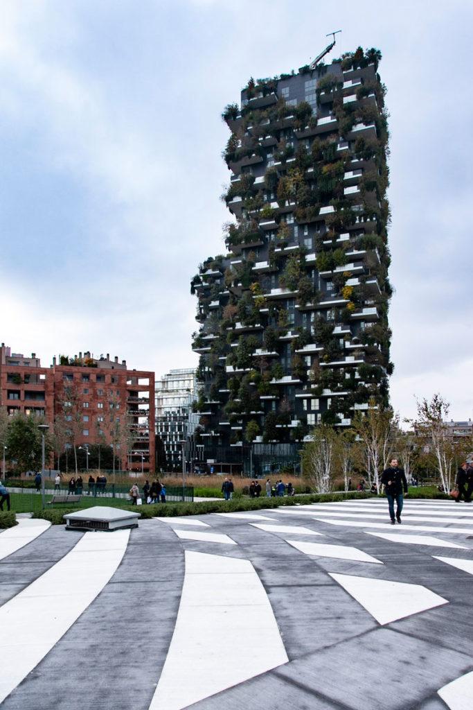 Pavimentazione a righe e grattacieli del bosco verticale nella nuova area verde di Milano