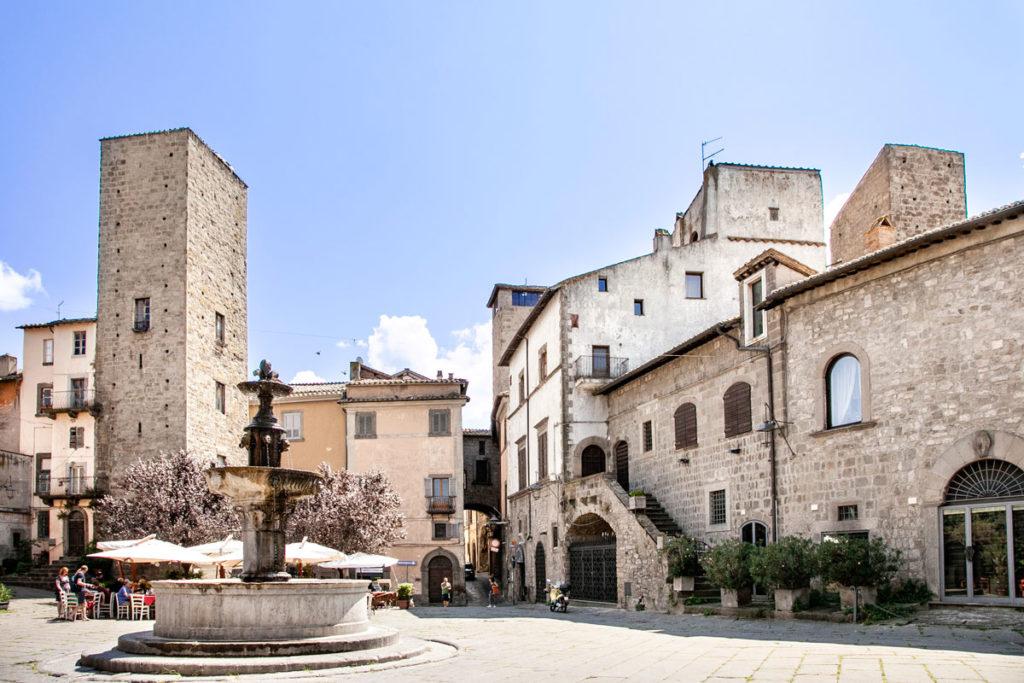 Piazza del Gesù di Viterbo - Fontana e Torre di Borgognone