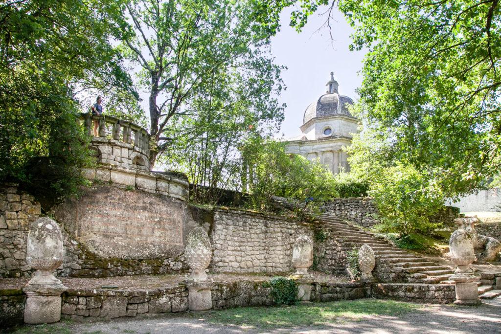 Piazzale delle Pigne - la Piazza del Parco dei mostri di Bomarzo sormontata dalla rotonda
