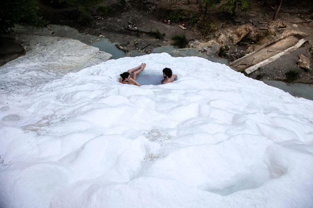 Pozze scavate nella Balena Bianca dei Bagni di San Filippo in Toscana