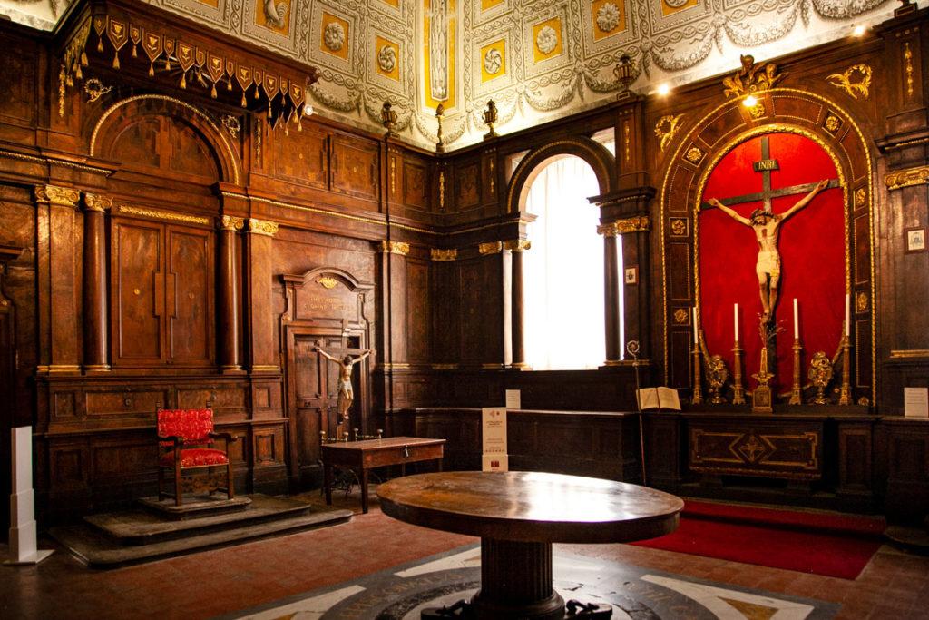 Sagrestia del Duomo di San Lorenzo - Legno in ciliegio e crocifisso in cartapesta
