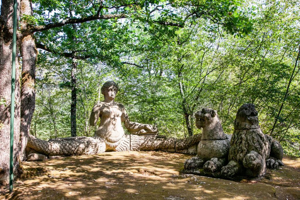 Statua della Furia e dei Leoni nel Parco dei Mostri di Bomarzo