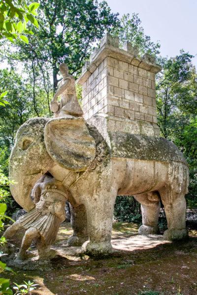 Statua di Elefante con Torretta che stringe tra le fauci un legionario romano