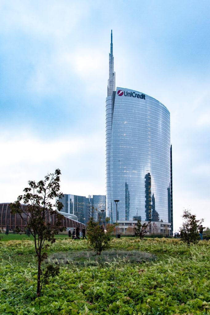Unicredit Tower dietro al verde selvaggio del parco cittadino di Milano