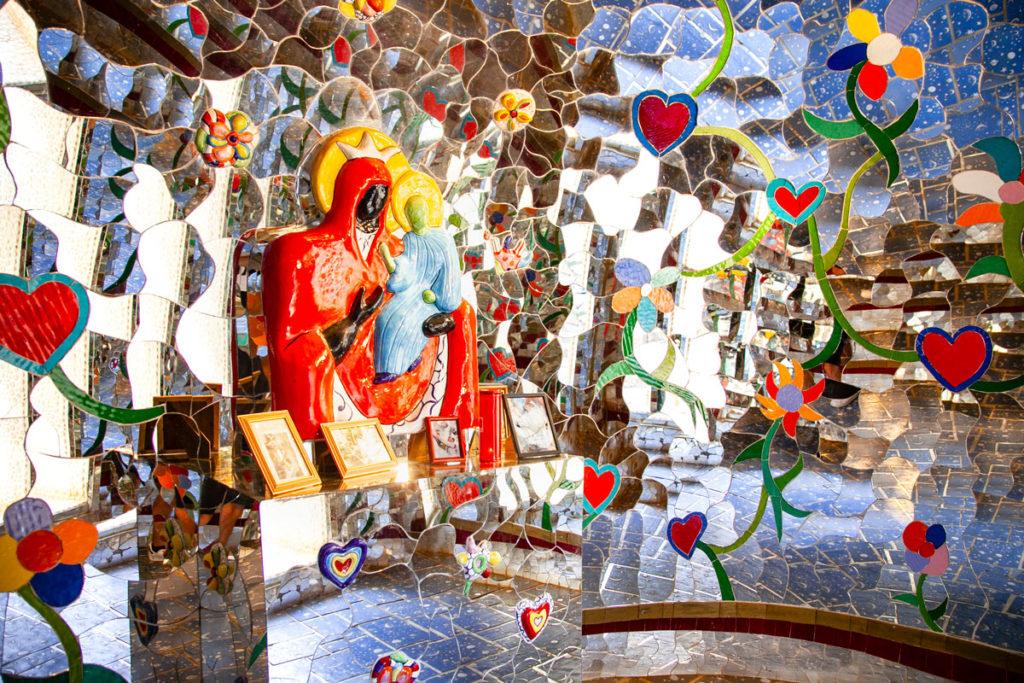 Altare con Madonna nera dentro alla Temperanza