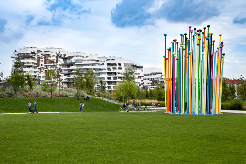 Coloris - Installazione Artistica con pali colorati di CityLife davanti alle residenze Hadid