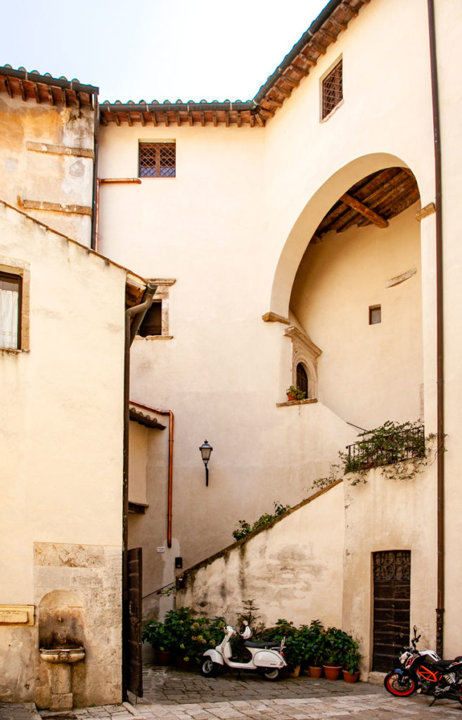 Cortile interno di palazzo Orsini con accesso ai musei