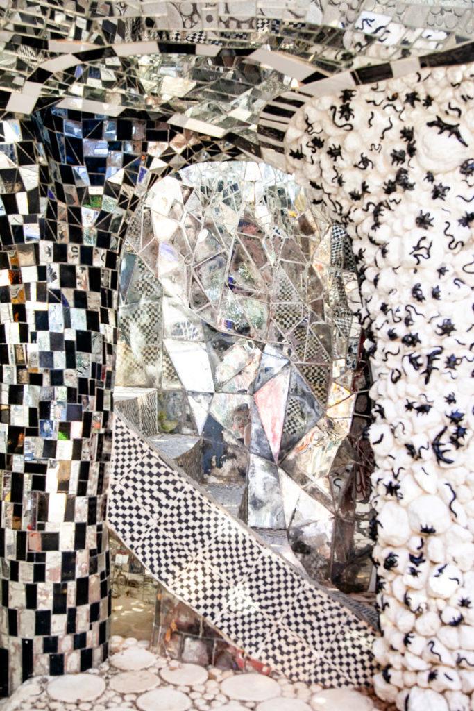 Decori con mosaici specchi e ragni