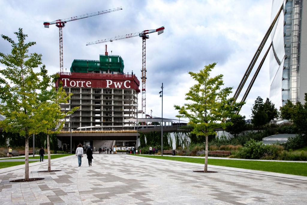 I primi piani della Torre PwC - Il Curvo di City Life - Torre Libeskind
