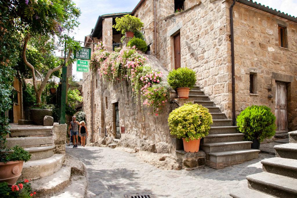 Incrocio di scalinate a Civita di Bagnoregio