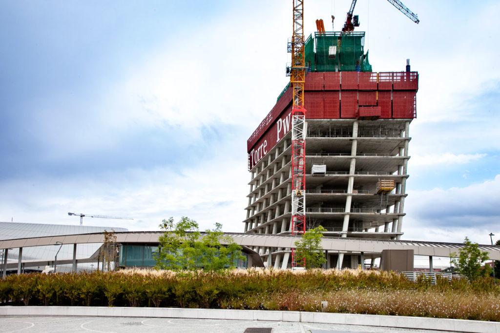 Lavori in corso alla torre PwC - il curvo di Milano CityLife