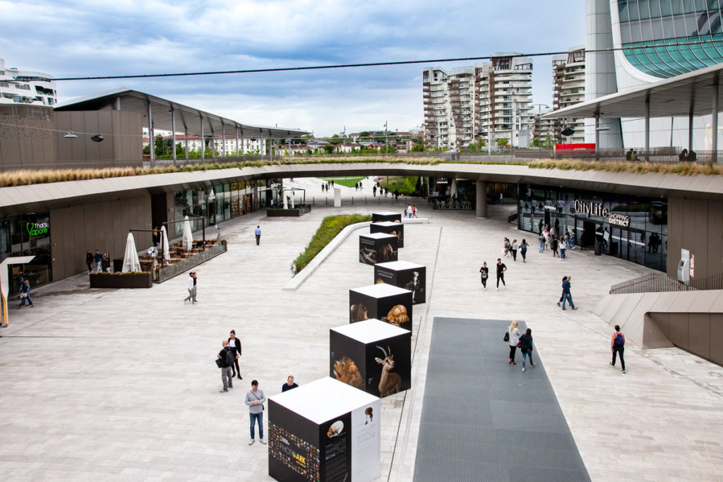 Piazza centrale di CityLife Shopping District con Residenze Hadid e Residenze Libeskind