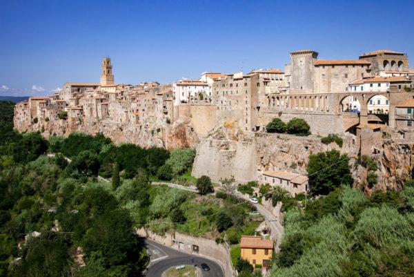 Pitigliano - Panorama sul borgo di tofu e acquedotto Mediceo