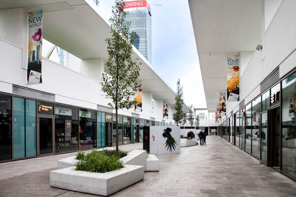 Promenade open air di City Life con Torre Generali sullo sfondo
