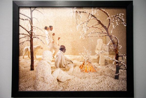 Raining Popcorn di Sandy Skoglund - Neve rifatta con fiocchi di mais