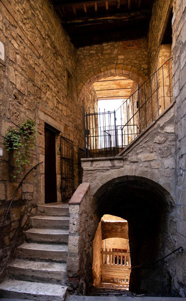 Scalinate ed archi a Pitigliano