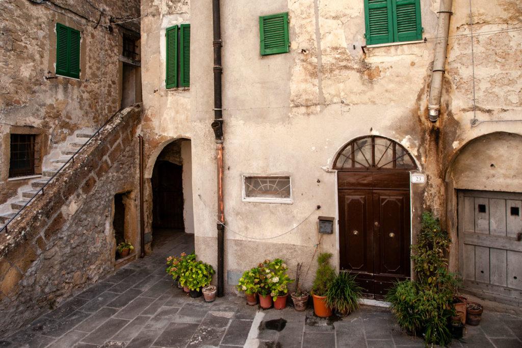 Scorcio di scalinate e case di Pitigliano