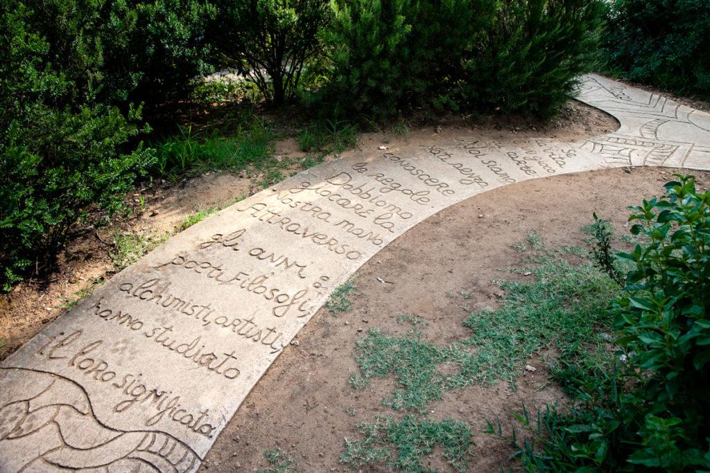 Sentiero dentro al giardino di Niki de Saint Phalle