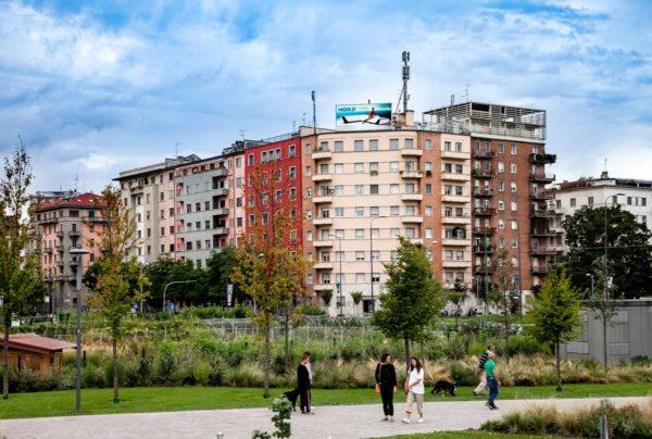 Vecchi palazzi fuori dal nuovo quartiere di Milano