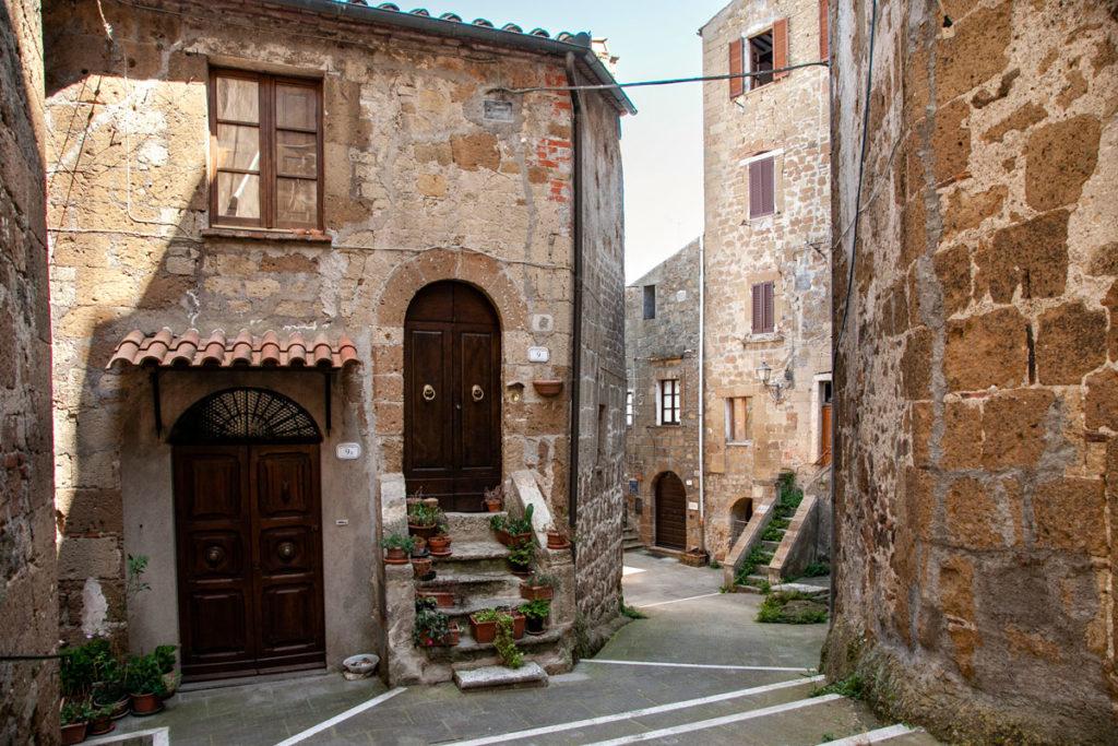 Vedute del borgo di tufo di Pitigliano