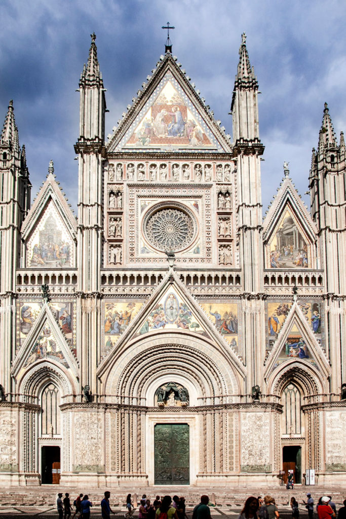 Facciata del duomo di Orvieto - Quattro Piloni Verticali che Sorreggono la Facciata