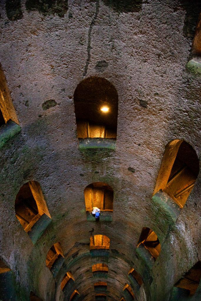 Le finestre verso interno del pozzo di San Patrizio