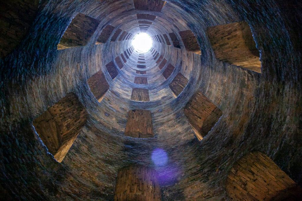 Naso verso l'alto dentro al pozzo di San Patrizio
