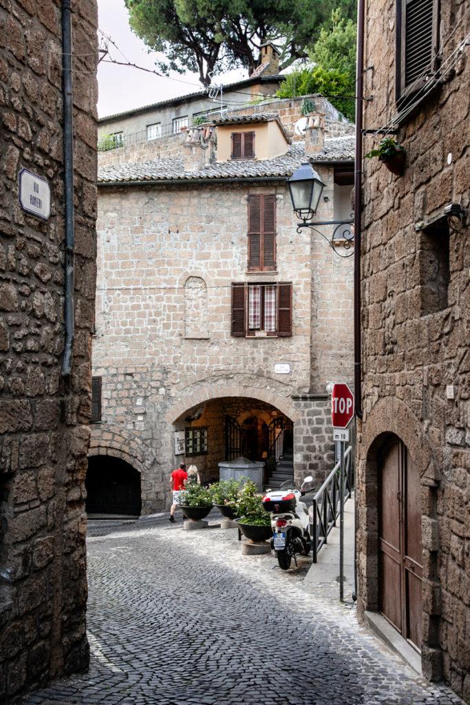 Verso il Pozzo della Cava nel cuore medievale della città