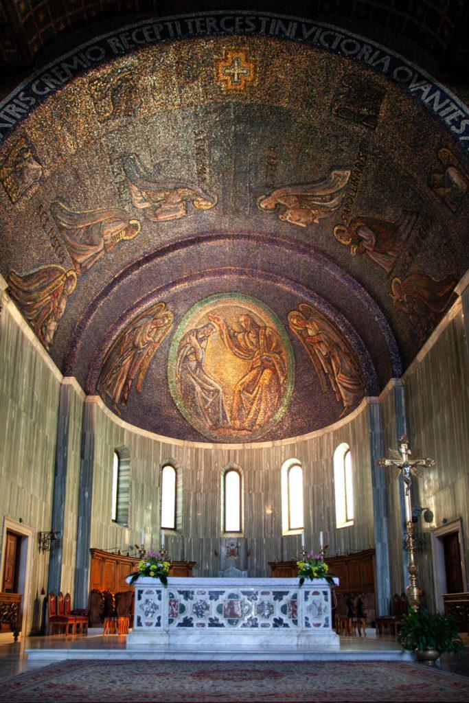 Abside e altare con Mosaico del duomo di Trieste